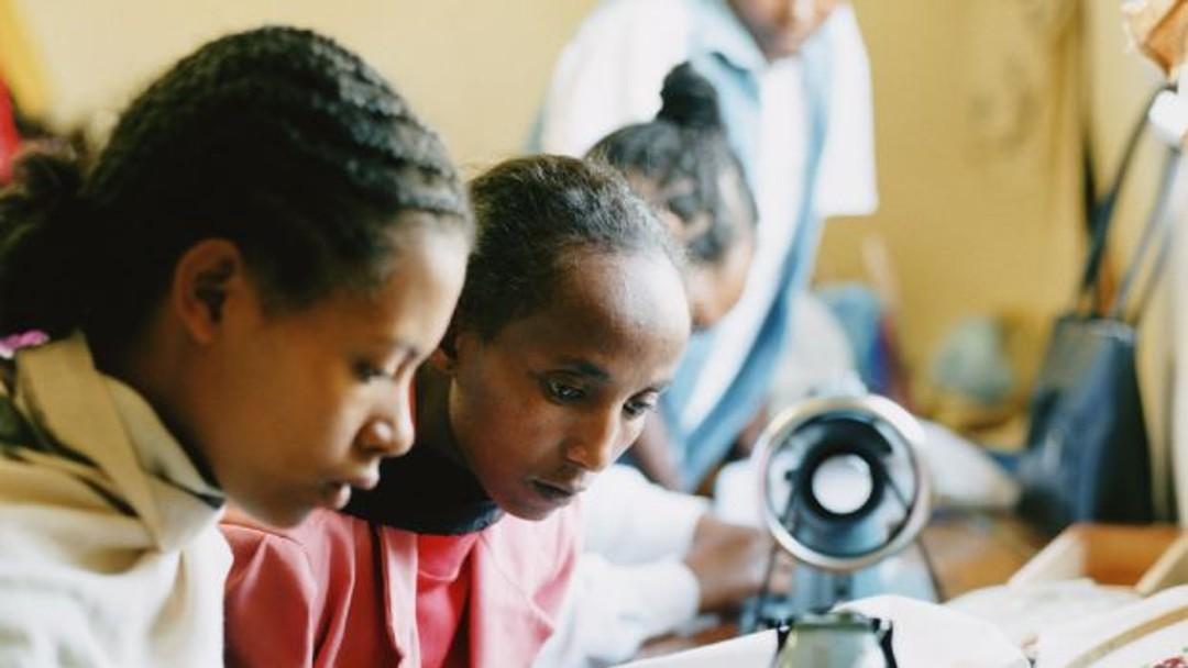 Junge Frauen an einer Nähmaschine