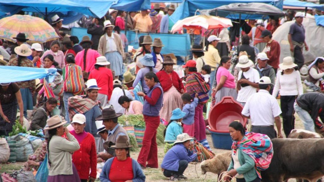 Ein bunter Markt in Peru
