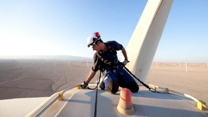 Ägyptischer Techniker auf einem Windrad.