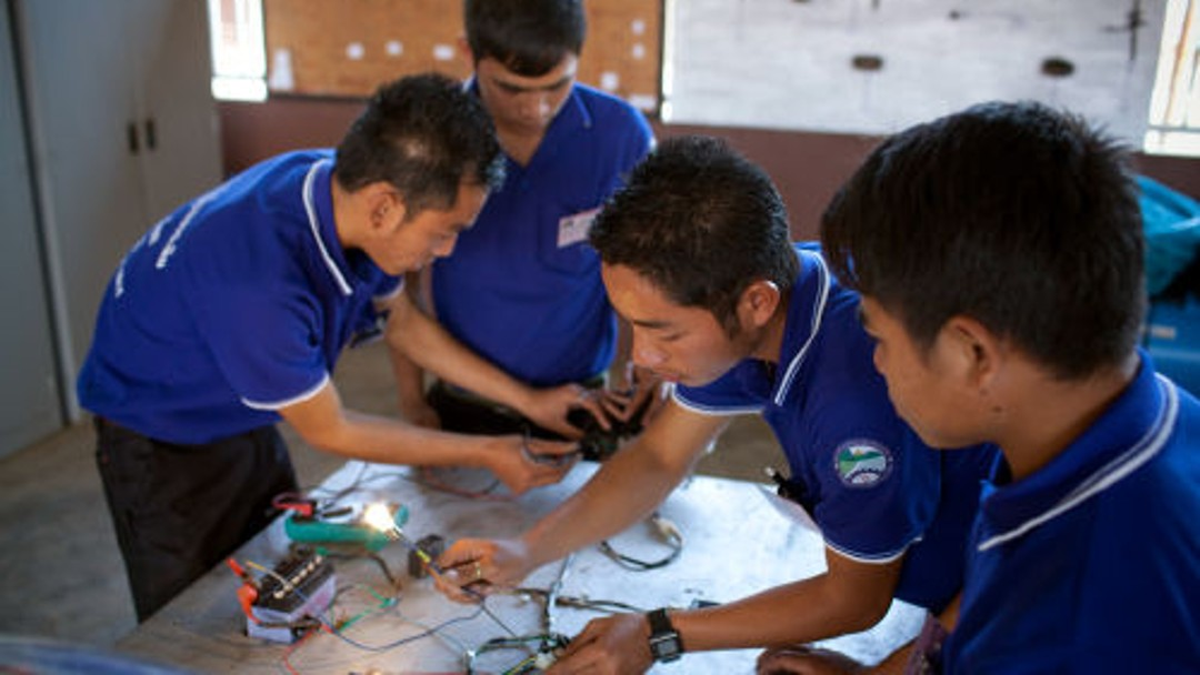 4 Berufsschüler arbeiten an Kabeln