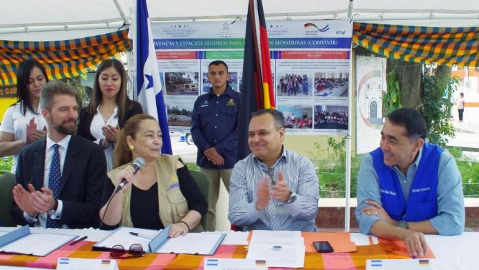 Vertragsunterzeichnung mit der honduranischen Finanzministerin und dem KfW-Bueroleiter