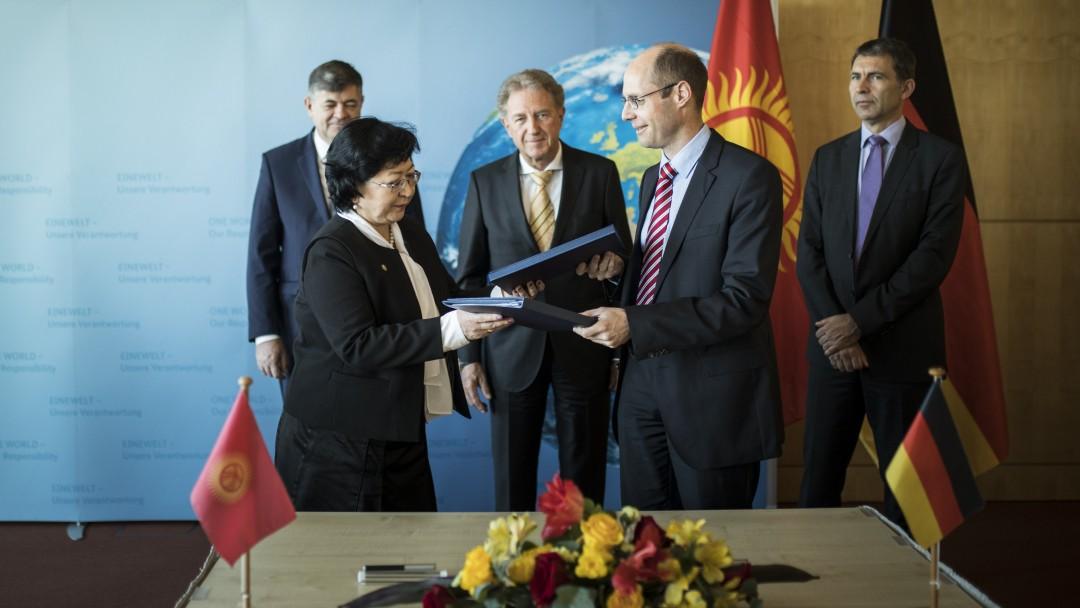 Vertragsunterzeichnung zwischen Baktygul Jeenbaeva und Dr. Patrick Rudolph