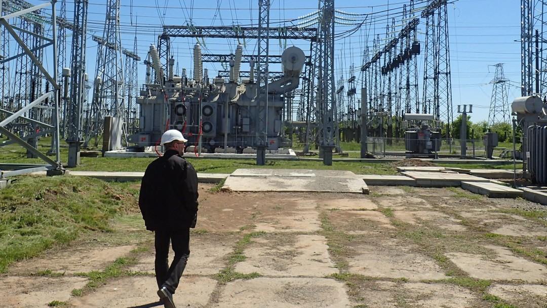 Mann vor Stromnetz