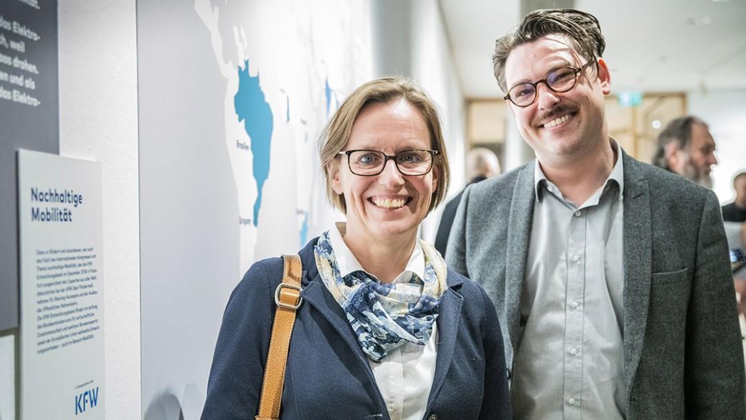 KfW-Abteilungsleiterin Barbara Schnell und Kurator Joel Fischer