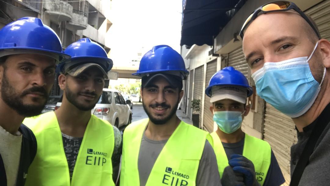 Selfie von Leonard Dlubatz (KfW Beirut) with Cash for Work workers.