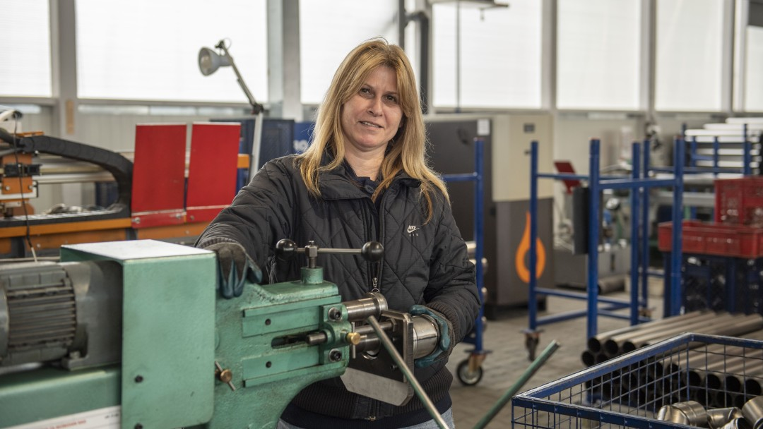 Frau bei der Arbeit an einer Marschine