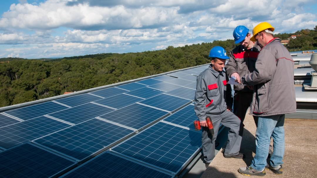 Männer vor einer Solaranlage