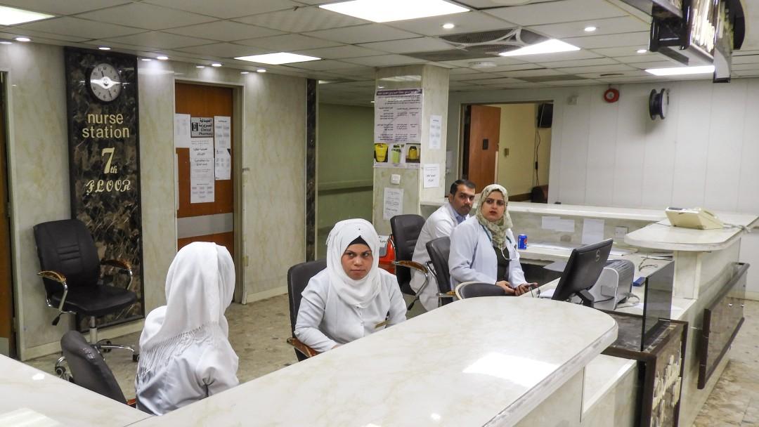 Pflegerinnen und Pfleger an der Rezeption.