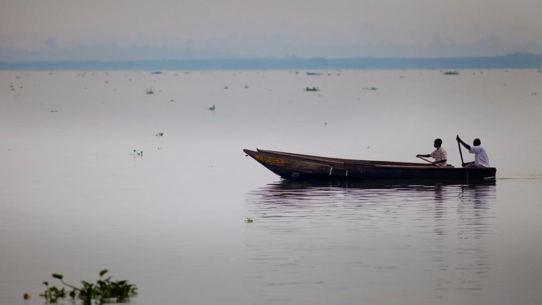 Zwei Fischer in einem Boot auf dem See