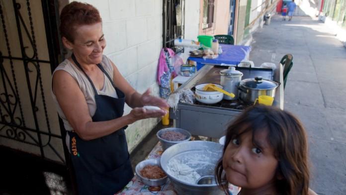 Straßenbäckerin und Kind