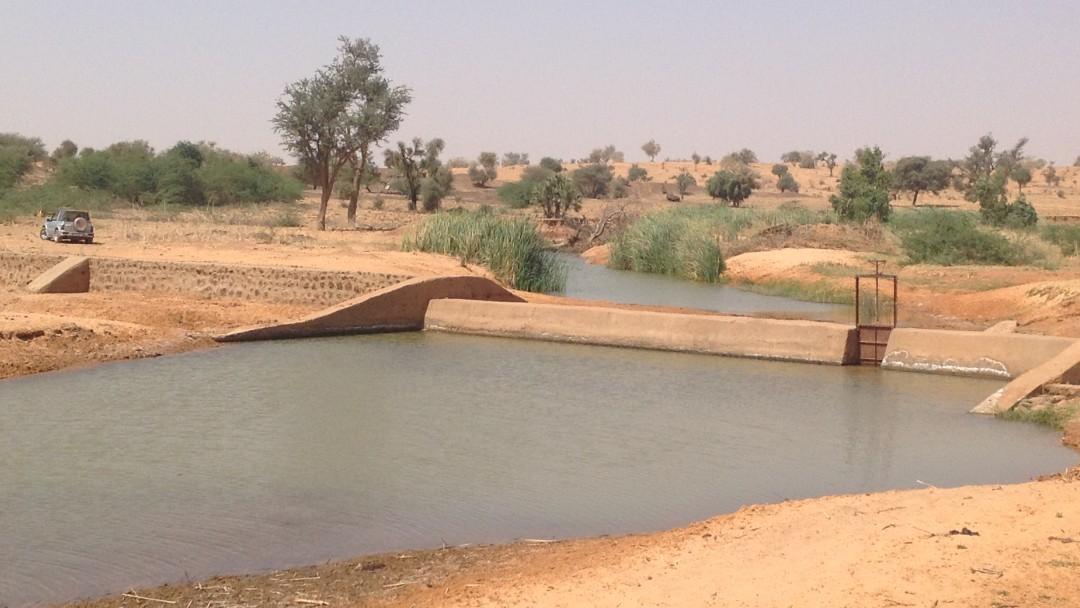 Fluss mit Damm in wüstenartiger Umgebung