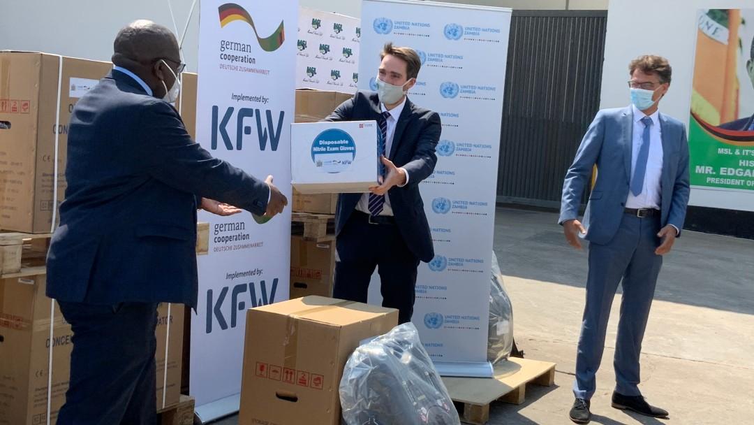 Übergabe von Schutzausrüstung durch Christoph Ritz von der deutschen Botschaft und Stefan Lutz, KfW-Büroleiter in Sambia, an das sambische Gesundheitsministerium