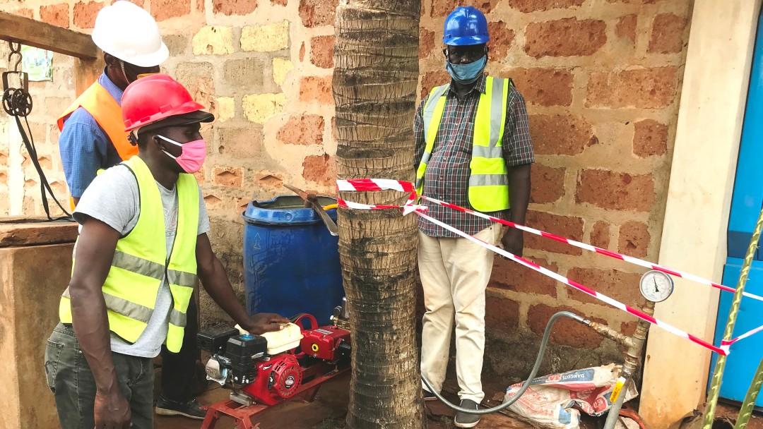 Bauarbeiter bei einer Druckprüfung in Benin