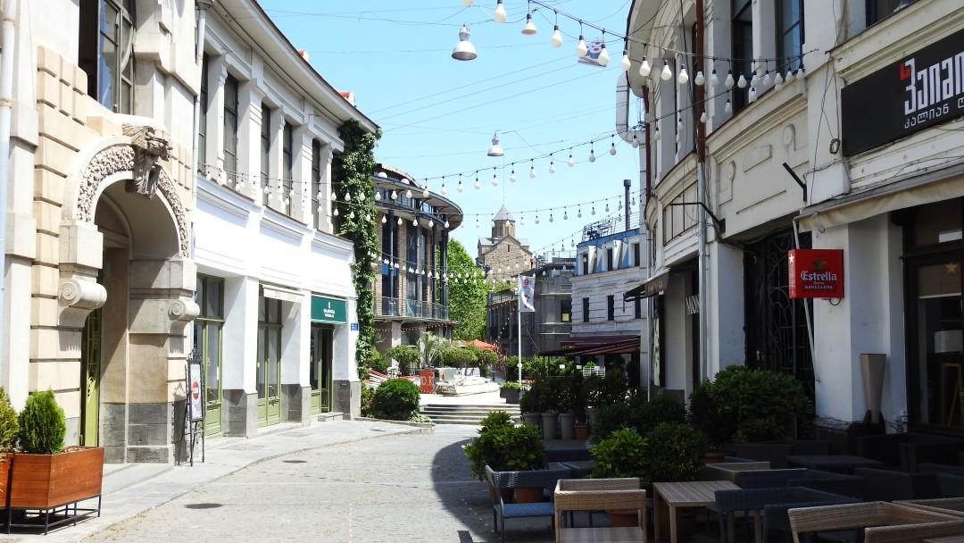 Menschenleere Gasse in Georgien