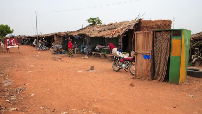 Hütten an einer Dorfstraße in einem afrikanischen Dorf