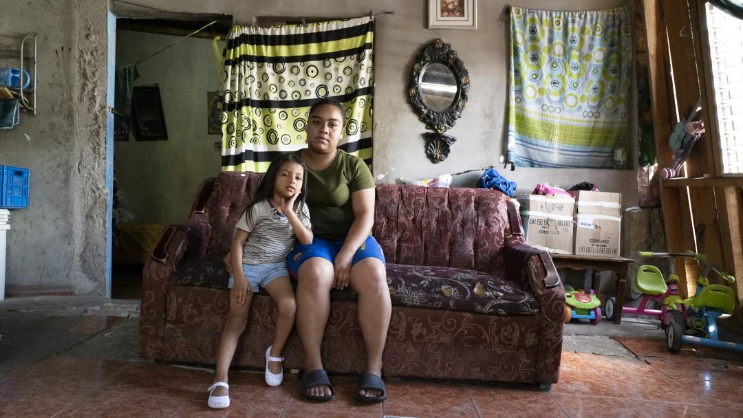 Astrid Lara (24) und ihre Tochter Linsay Lara (5) wohnen in einem Haus das stark vom Erdrutsch beschädigt ist. Ihre Couch steht schief, es gibt Risse in der Wand ihres Schlafzimmers und der Boden des Wohnzimmers hat sich bereits um mehr als 20 cm bewegt. Mehrere Viertel an den hängen Tegucigalpas sind so stark von Überschwemmungen betroffen, dass sie Bewohner in der Regenzeit nicht ihre Häuser verlassen können. Jedes Jahr sterben Menschen wenn die Hänge dem Wasser nicht mehr standhalten und abrutschen. In der Hauptstadt Honduas sollen daher Projekte entstehen um die Hänge abzusichern.
