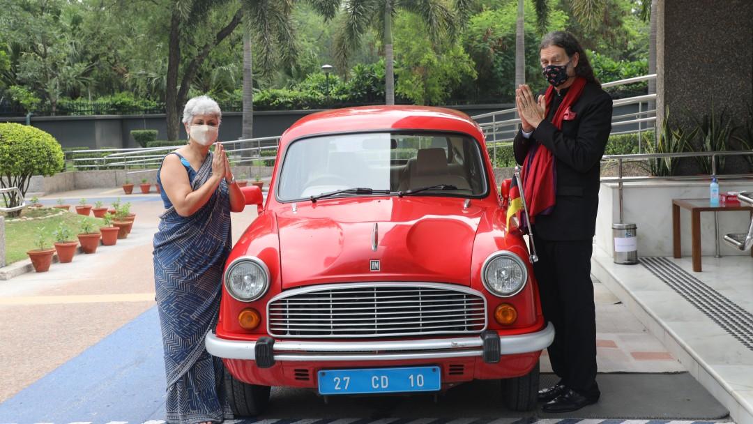 Die deutschen Botschafter kommen mit dem roten Botschafter-Auto an