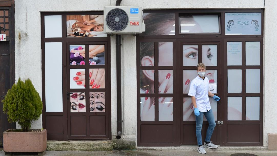 Inhaber Nikola Lukač steht vor seinem Kosmetikgeschäft
