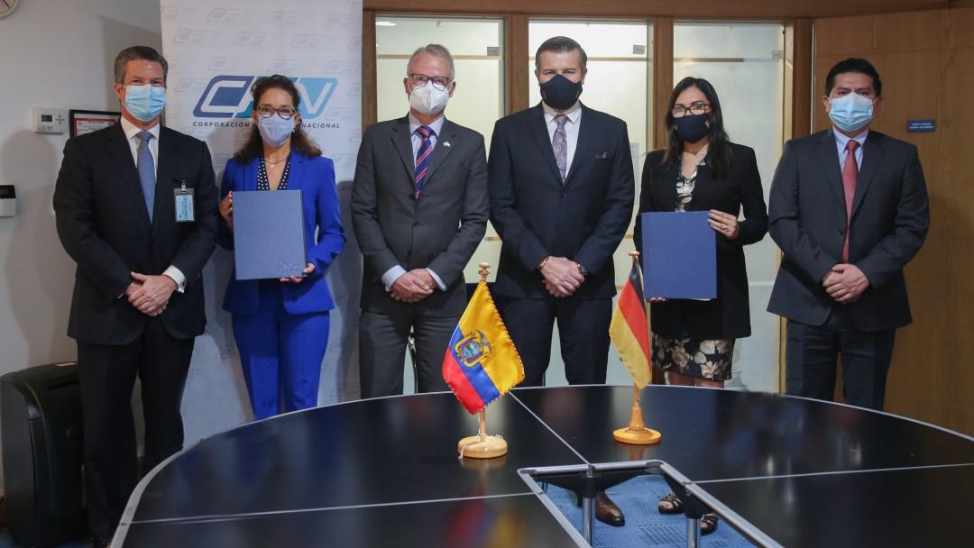 KfW-Mitarbeiter und Partner nach Vertragsunterzeichnung in Ecuador