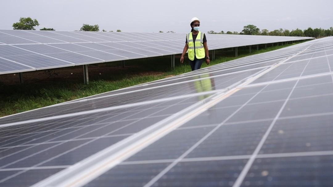 Solartechnikerin besichtigt die Solaranalage