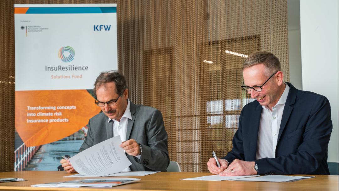 zwei Männer unterschreiben Papiere