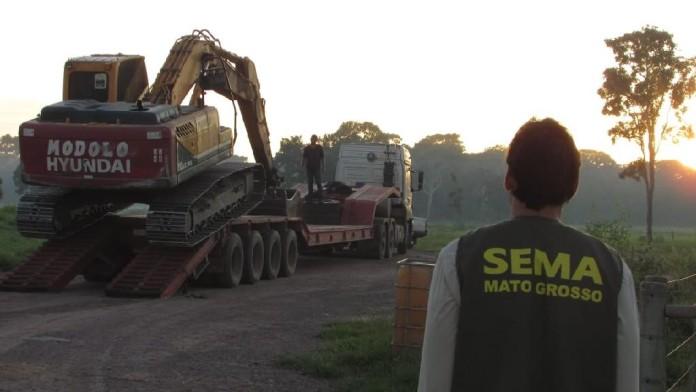 Mann blickt auf Abschleppwagen mit Traktor