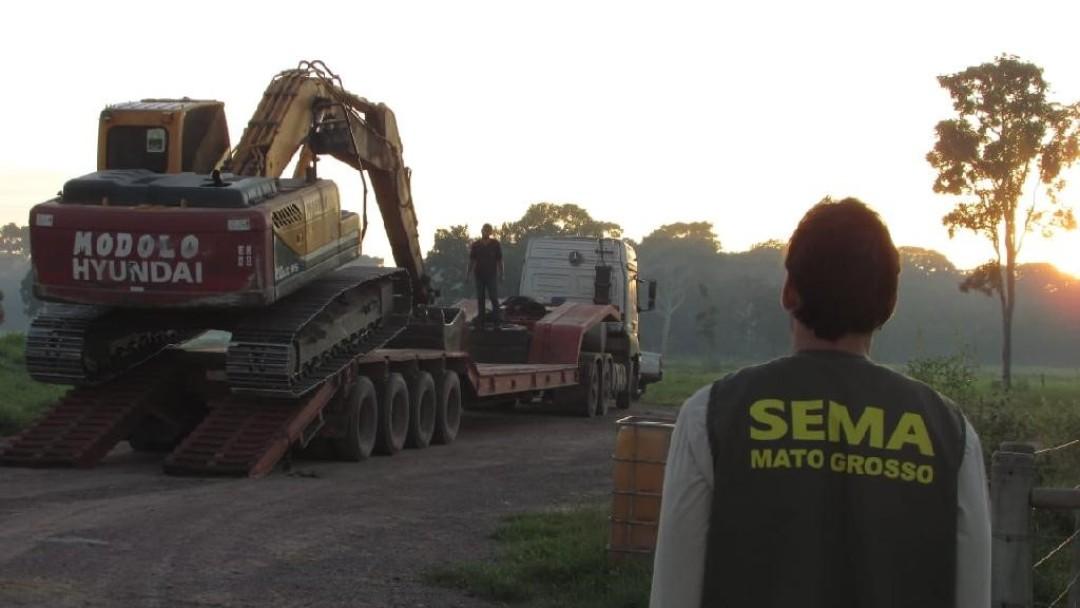 Mann schaut auf abgeschleppten Traktor