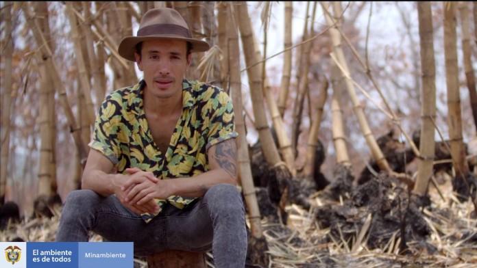 Diego Duque sitzt auf seinem Acker