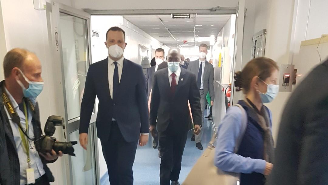 Jens Spahn läuft mit Journalisten durch ein Krankenhaus