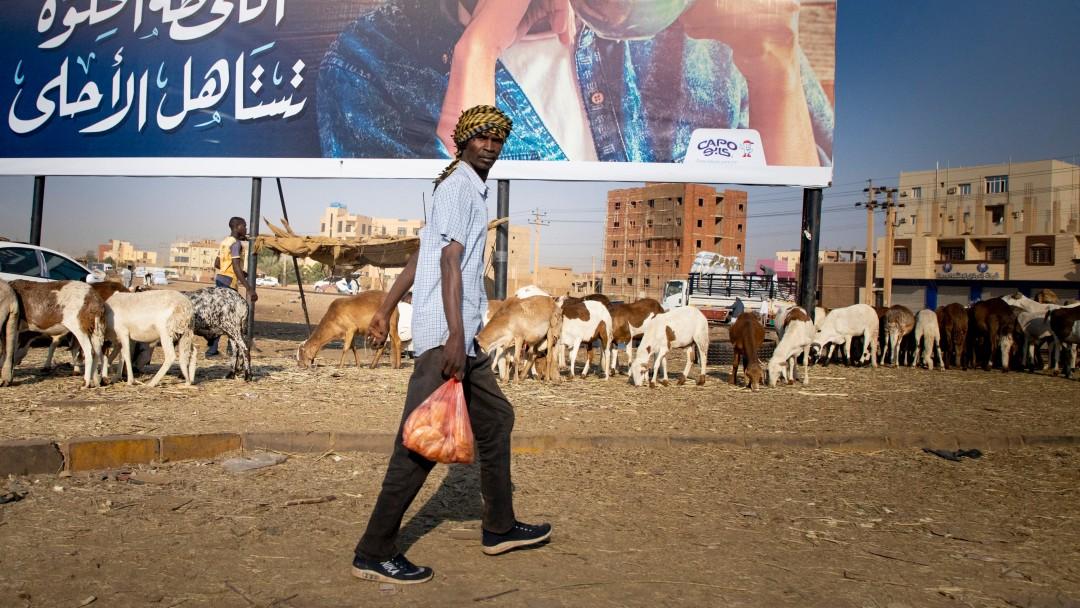 Mann läuft durch Khartoum