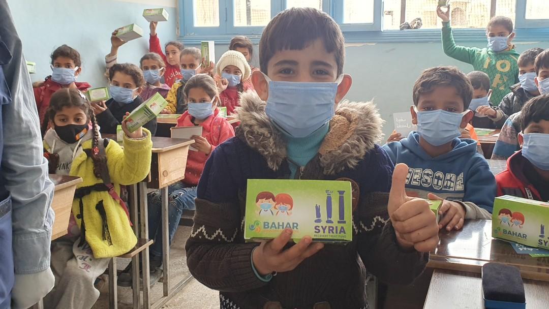 Kinder halten ihre neuen Masken in der Hand
