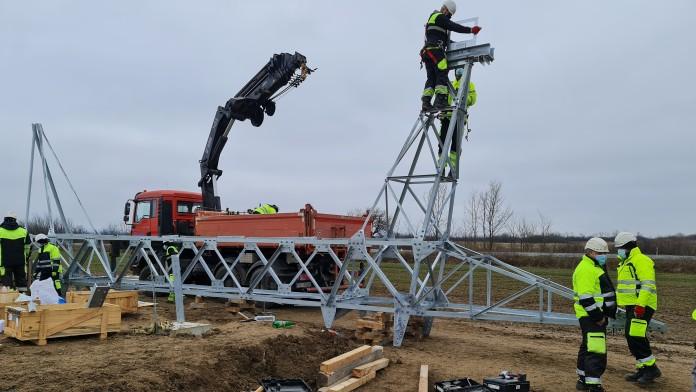 mehrere Männer auf einer Baustelle zum Bau neuer Stormnetze