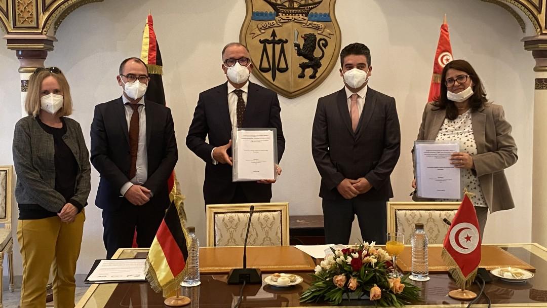 Simone Cremer (KfW), Sven Neunsinger (KfW), Tahar Ben Hatira (SOTUGAR), Slim Tounsi (KfW) und Sonia Zoghlami (Ministerium für Wirtschaft, Finanzen und Investitionsförderung) bei der Unterzeichnung