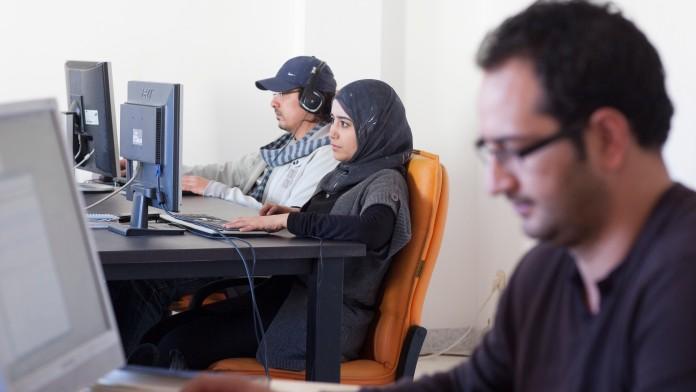Personen sitzen im PC-Labor
