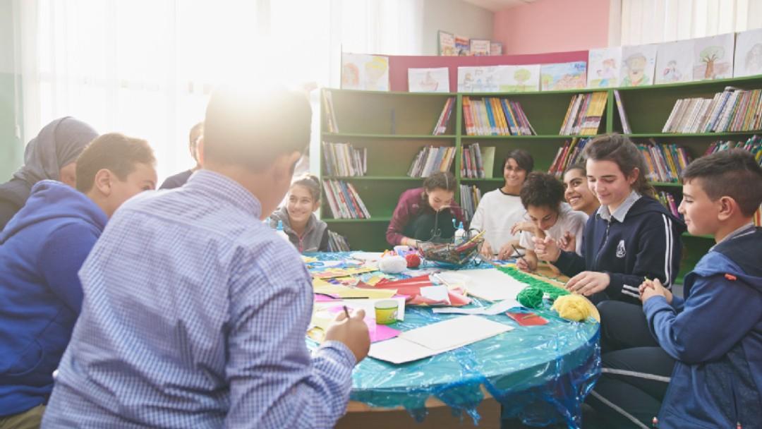Kinder arbeiten in einem Klassenzimmer