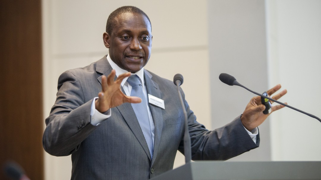 Kandeh Yumkella is speaking at an speaker´s desk.