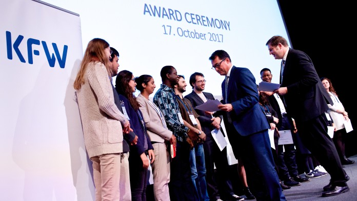 KfW General Manager Joachim Nagel awarded the prize to the winning team.