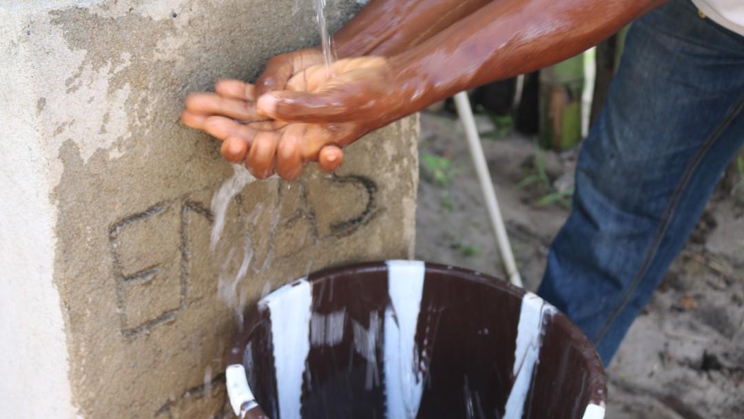 Eine Person wäscht sich die Hände.