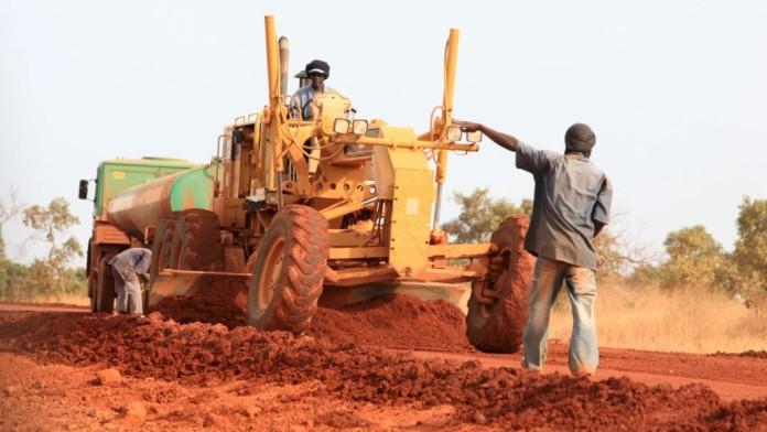 Ein ländliche Piste in Afrika wird saniert.