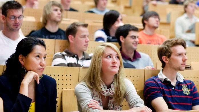 Studenten in einem Hörsaal während einer Vorlesung