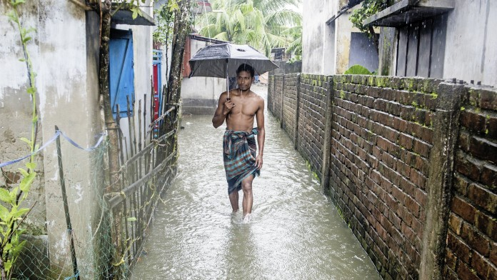People suffering from inundation at Labonchora, Khulna (Bangladesh).