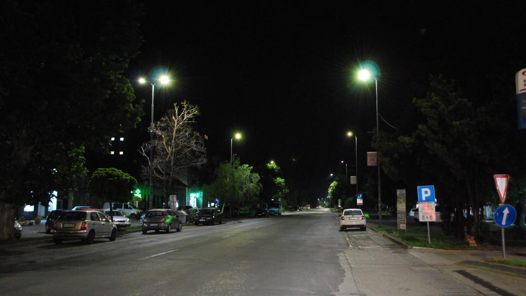 Eine mit LED-Straßenlaternen beleuchtete Straße bei Nacht.