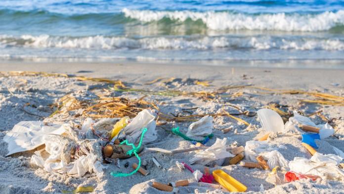 Ein Müllberg aus Netze und Plastikverpackungen am Stand