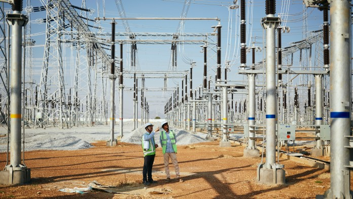 Dileswar Sahoo, Asst. General Manager TATA (links), auf dem Gelände der 400 KV Umspannstation in Hindupur