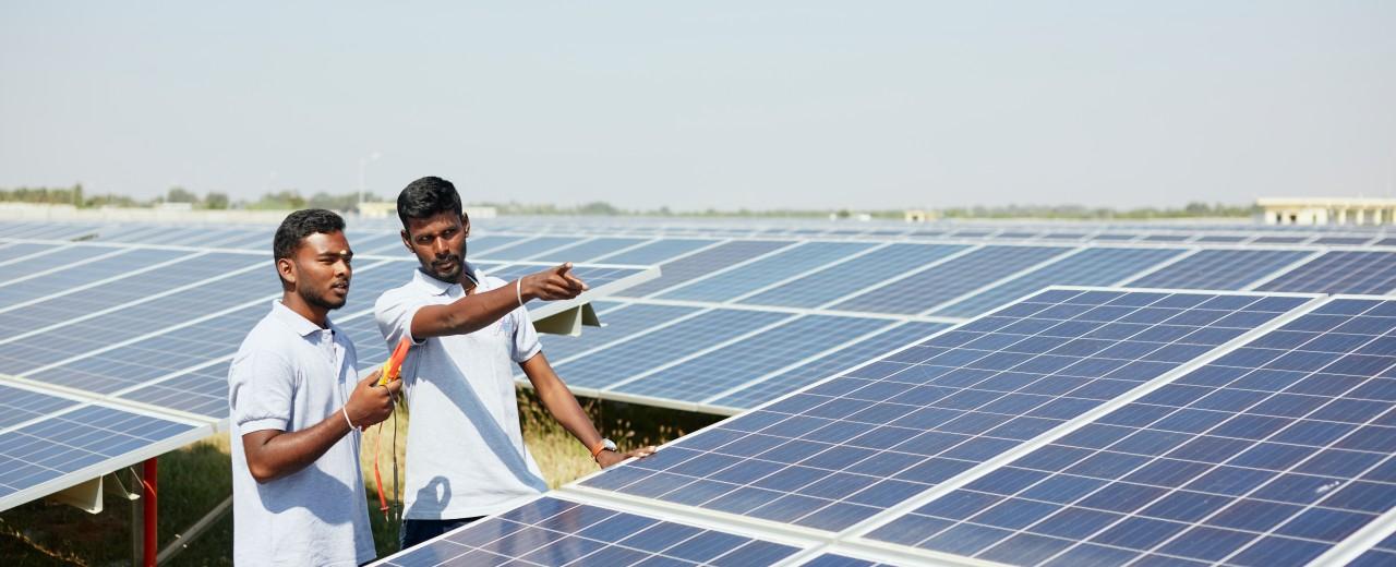 zwei Ingenieure an einer Photovoltaik-Anlage in Bevinahalli