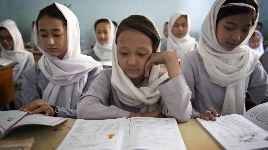 3 Mädchen in einer Schule in Afghanistan lesen in ihren Büchern