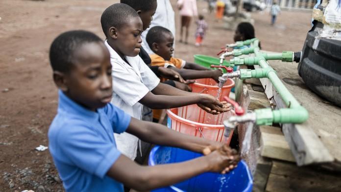Kinder beim Hände waschen