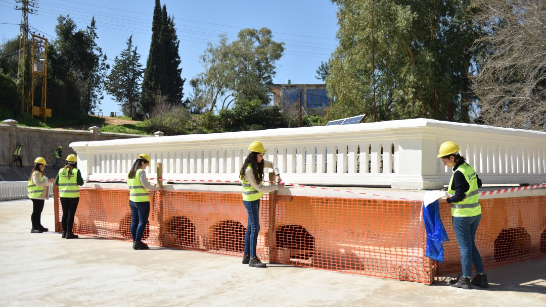 5 libanesische Studenten und Studentinnen des WASH-Programms arbeiten auf der Baustelle