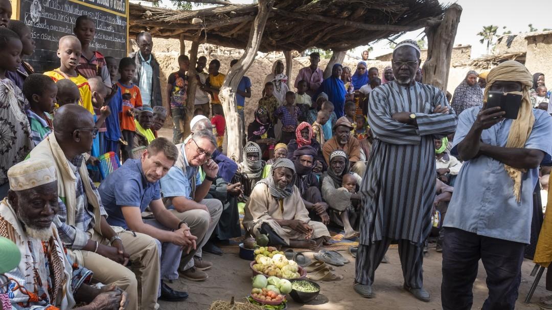 Matthias Mogge in Mali in einer Versammlung von Maliern