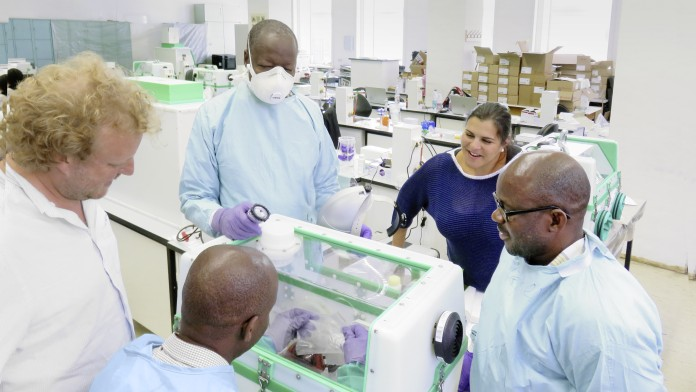 East African laboratory specialists are trained in Hamburg in the operation of the mobile laboratories